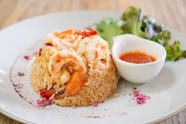 Riz frit aux crevettes avec œuf salé sur assiette