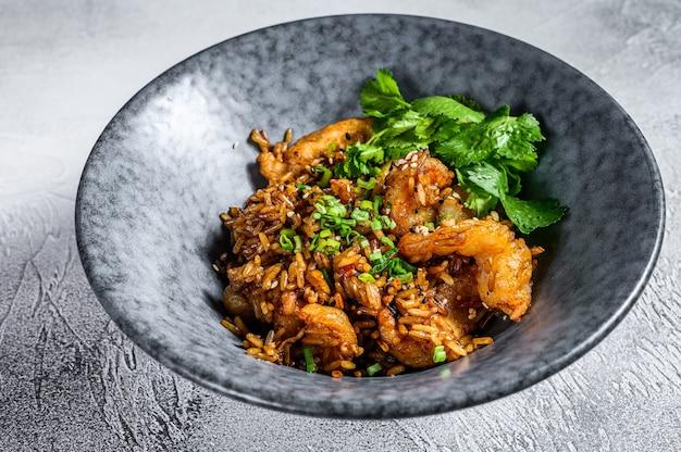 Riz frit aux crevettes préparé au wok. fond blanc. vue de dessus