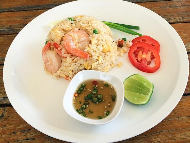 Riz frit aux crevettes, style de cuisine thaïlandaise point de focalisation sélective