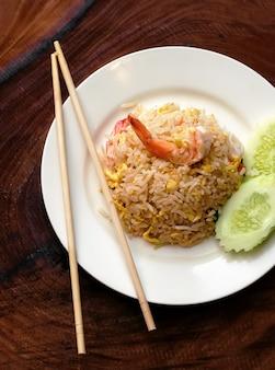 Riz frit aux fruits de mer et concombre en tranches