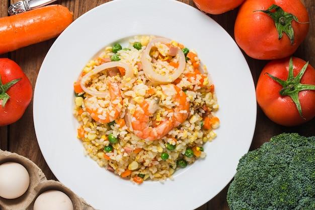 Riz frit aux fruits de mer avec crevettes