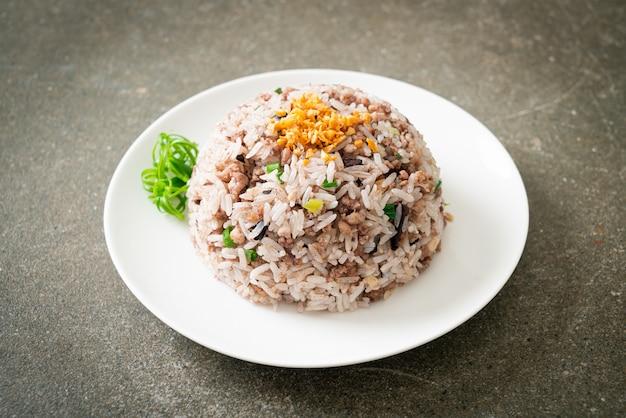Riz frit aux olives noires chinoises salées avec porc haché - style de cuisine asiatique