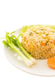 Riz frit à la chair de crabe en assiette blanche