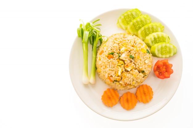 Riz frit à la chair de crabe dans une assiette blanche