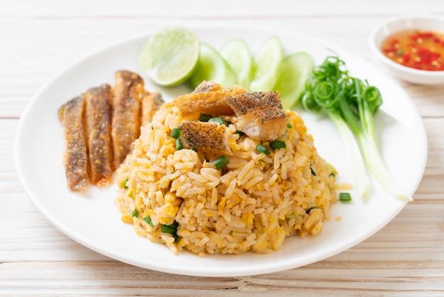 Riz frit avec du poisson gourami croustillant