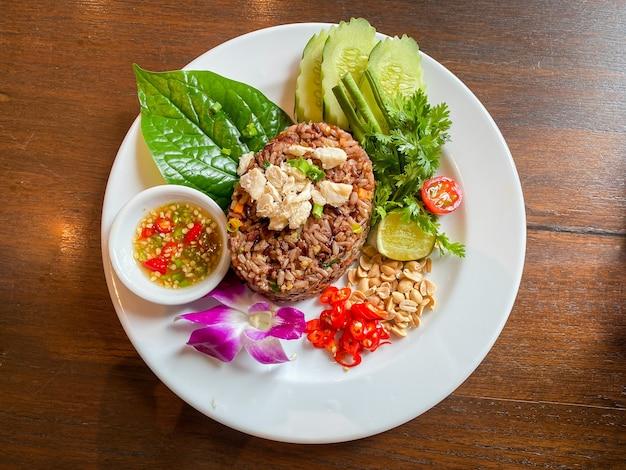 Riz frit épicé de nourriture thaïlandaise sur la plaque