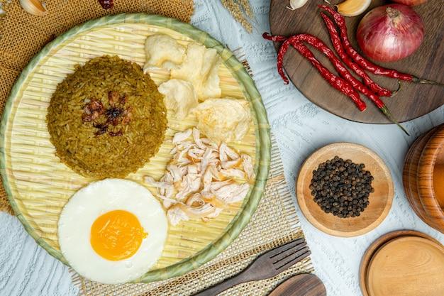 Le riz frit est un plat de riz cuit qui a été sauté dans un wok ou une poêle à frire