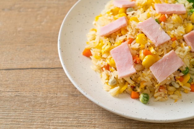Riz frit maison avec jambon et mélange de légumes (carotte, pois verts, carotte)