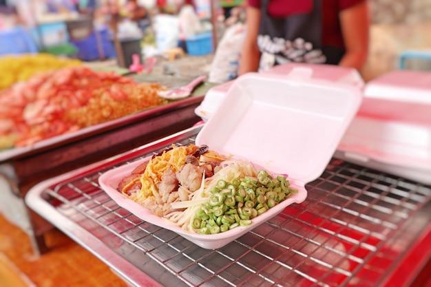 Riz frit avec pâte de crevettes au street food