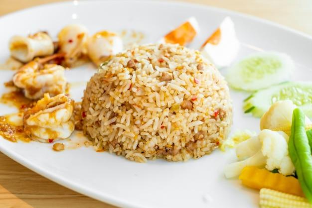 Riz frit à la pâte de crevettes épicées thaï