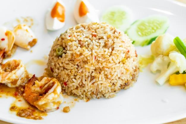 Riz frit à la pâte de crevettes épicées thaïlandaise