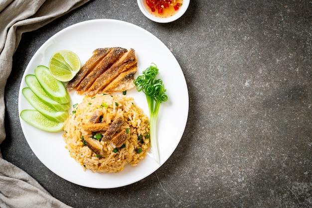Riz frit avec poisson gourami croustillant