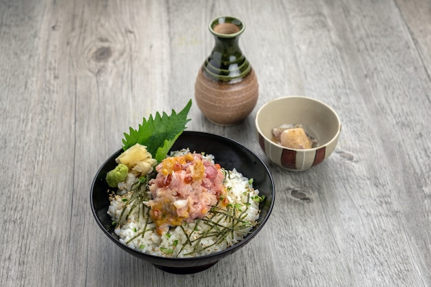 Riz frit avec sashimi de thon et frai sur le dessus de la table en bois, concept de cuisine japonaise de luxe