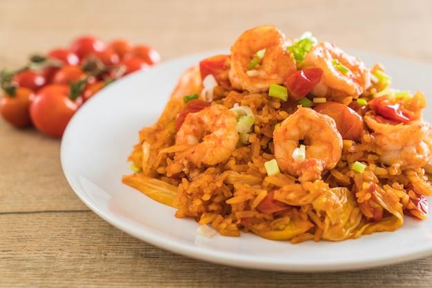 Riz frit avec sauce épicée de corée et crevettes