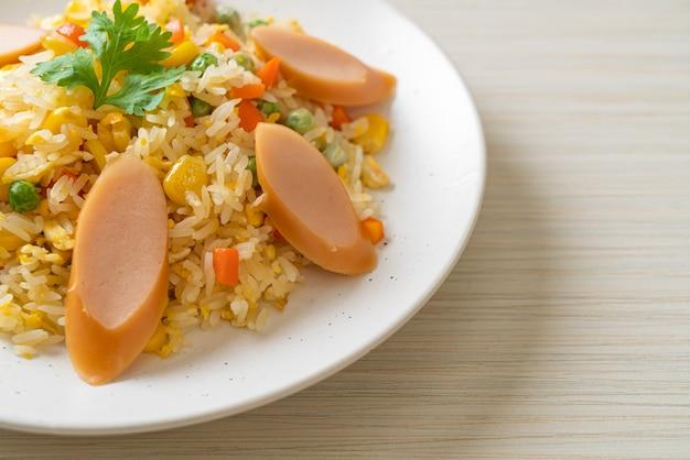 Riz frit avec saucisse et mélange de légumes