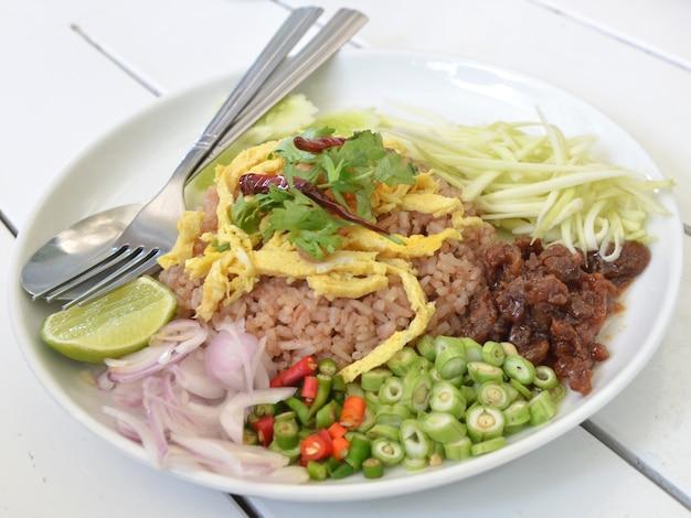 Riz frit à la thaïlandaise avec porc et salade au barbecue