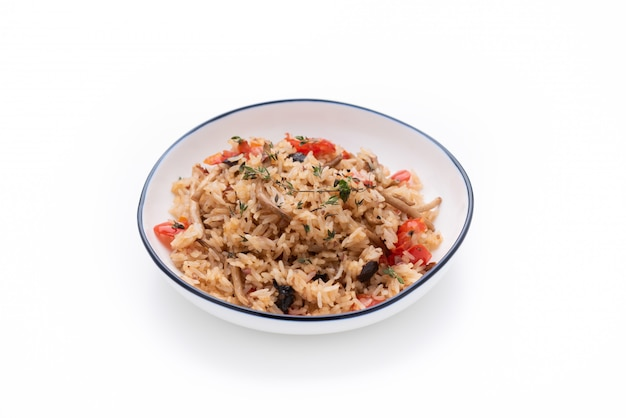Riz frit à la tomate et aux champignons sur blanc isolé