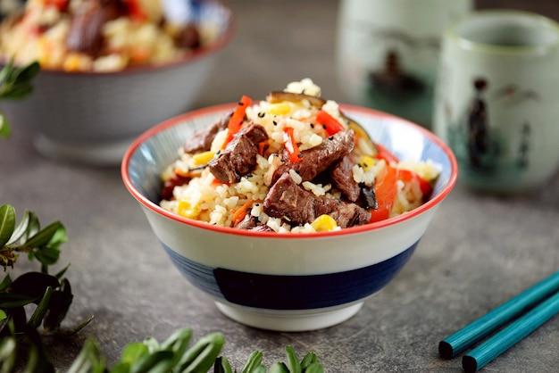 Riz frit avec viande de boeuf maïs aubergines carottes ail poivron et ail