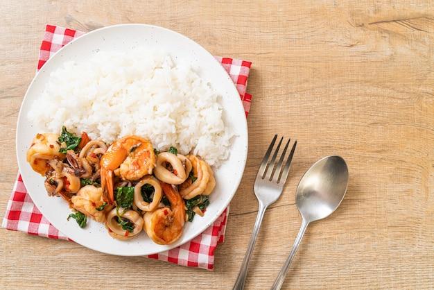 Riz et fruits de mer sautés au basilic thaï