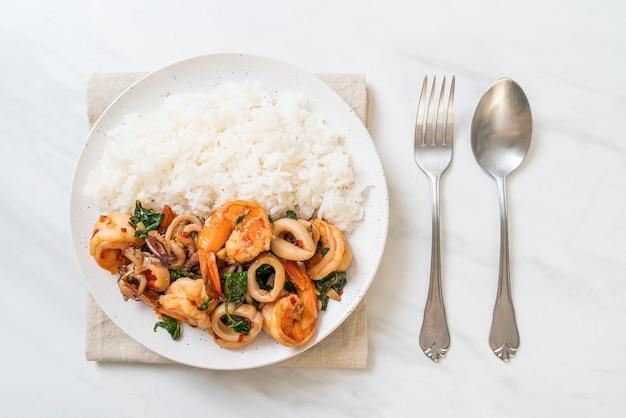Riz et fruits de mer sautés (crevettes et calamars) au basilic thaï - style cuisine asiatique