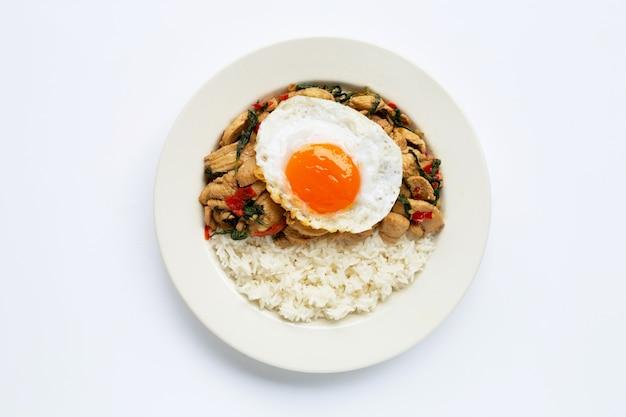 Riz garni de poulet sauté et de basilic sacré, oeuf au plat