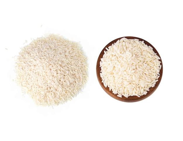 Le riz gluant blanc dans un bol en bois sur fond blanc
