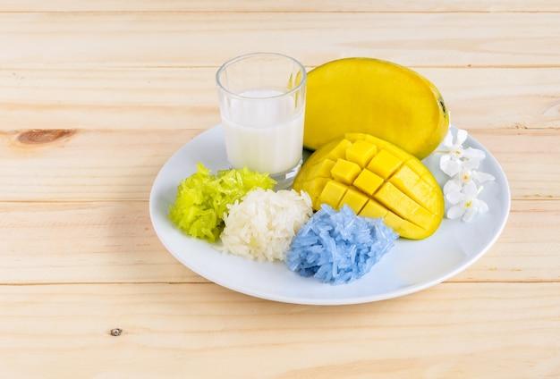 Riz gluant à la mangue et aux couleurs naturelles avec lait de coco, dessert thaïlandais