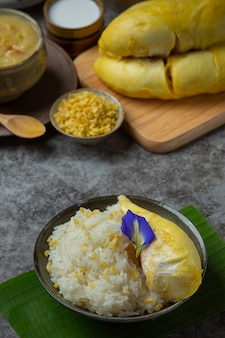 Riz gluant sucré thaï avec durian dans un dessert.
