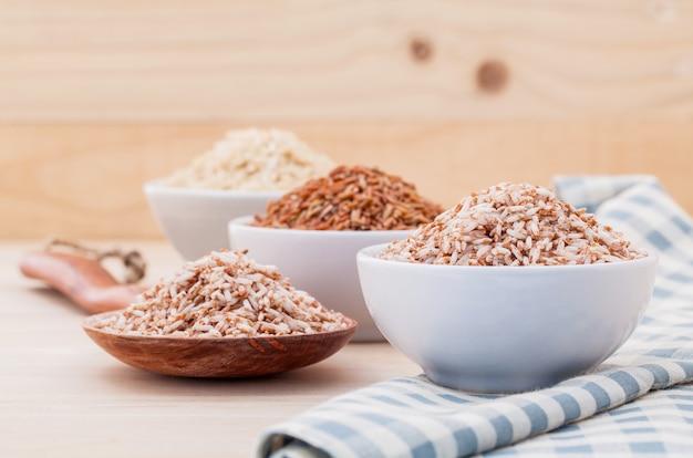 Riz à grains entiers pour une alimentation saine et propre sur fond de bois.