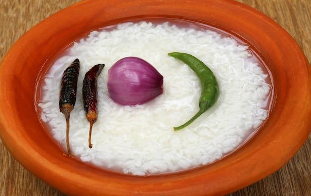 Riz humide traditionnel du bangladesh avec oignon et piment