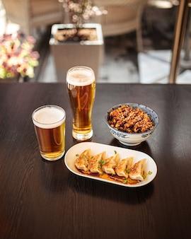 Riz japonais au poulet gedza et katsudon avec de la bière