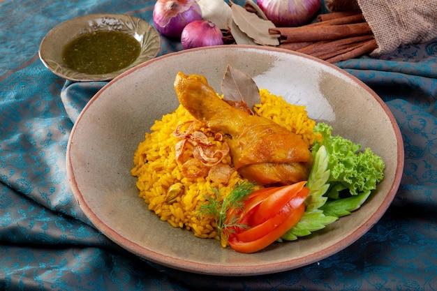 Riz jaune avec du poulet ou du biryani au poulet avec du riz