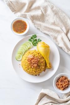 Riz jaune musulman avec du poulet