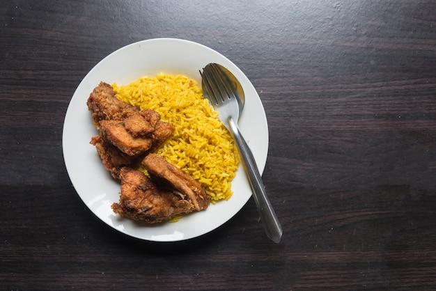 Riz jaune musulman ou riz biryani avec poulet frit