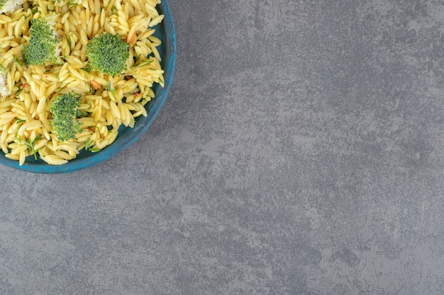 Riz maison au brocoli sur plaque bleue. photo de haute qualité
