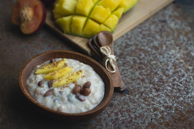 Riz à la mangue douce avec des haricots