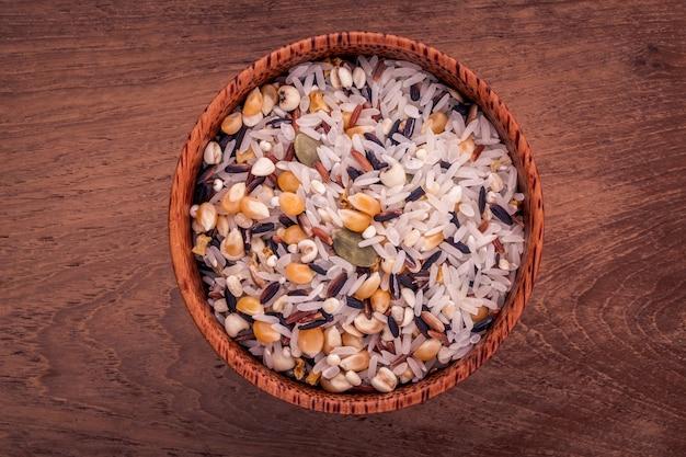 Riz mélangé à grains entiers idéal pour des aliments sains et propres.