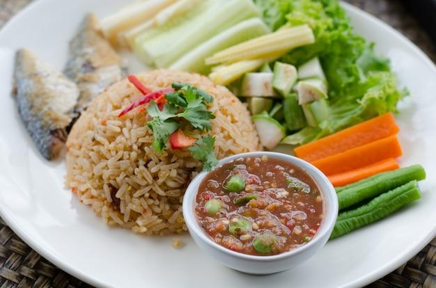 Riz mélangé avec de la pâte de crevettes servi avec des légumes mélangés