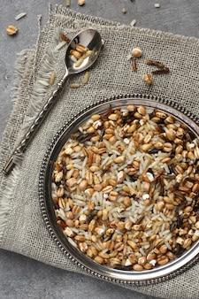 Riz multigrains non cuit en tôle sur fond en bois