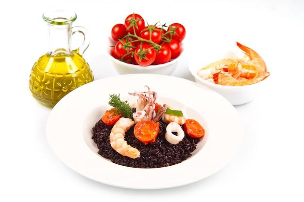 Riz noir aux calmars, crevettes roses et tomates