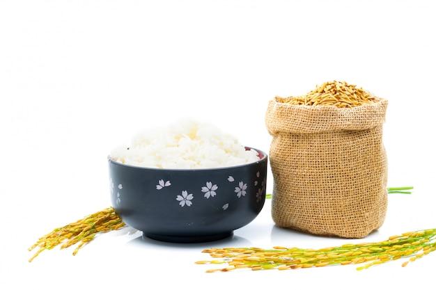Riz de paddy jaune d'or dans un sac sur blanc