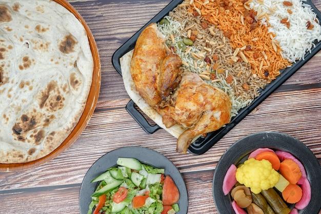 Riz qoozi irakien et poulet sur une grande assiette