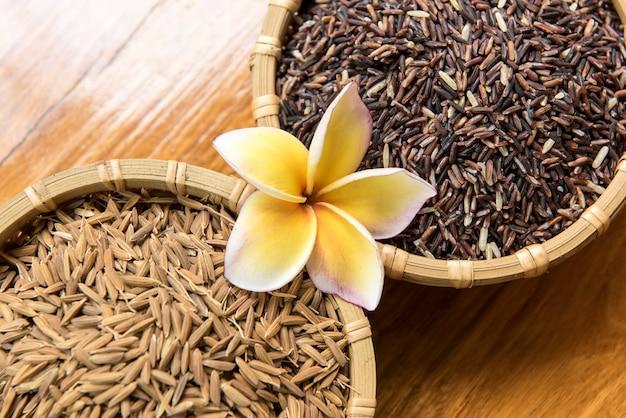Riz riceberry, son de riz et paddy sur un vieux fond en bois.