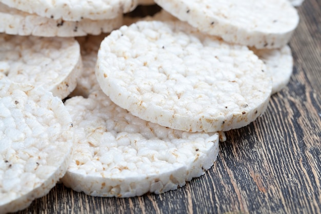 Riz sablé et transformé à partir duquel sont fabriqués des pains croustillants, pains de riz à base de céréales de riz