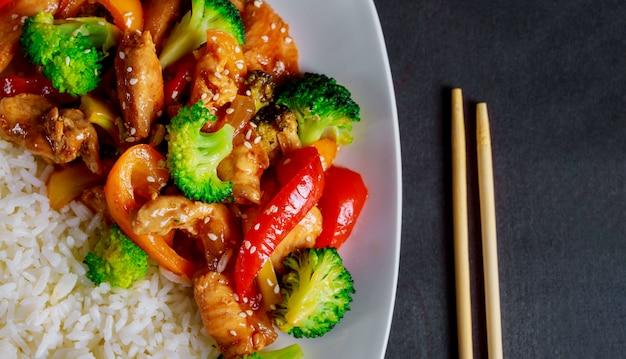 Riz sauce au poulet teriyaki avec des légumes saupoudrés de graines de sésame