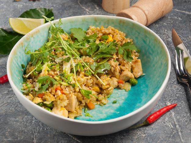 Riz savoureux au curry et poulet plat asiatique