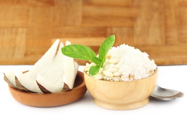 Riz soufflé à la noix de coco et feuilles de menthe