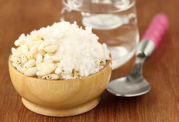 Riz soufflé à la noix de coco sur une surface en bois
