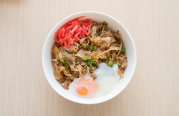 Riz surmonté de tranches de porc et d'oeufs onsen