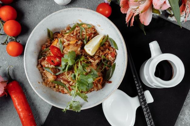 Riz thaï au poulet et légumes.